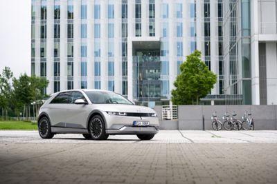 Předoboční pohled na elektrický vůz Hyundai IONIQ 5 s futuristickým designem.
