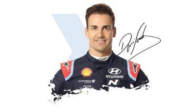 Kierowca Hyundai Motorsport Dani Sardo wraz z podpisem