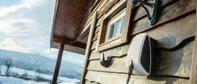 Hjemmelader på en hyttevegg. Foto.