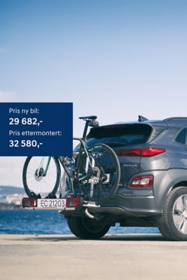 Elbilen KONA Electric med sykkelstativ og takboks. Foto.