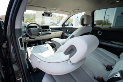 Femme allongée sur le siège passager incliné à bord de son CUV électrique Hyundai IONIQ 5.