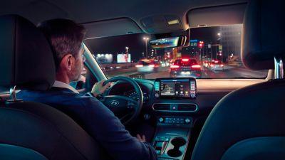 Nuova Hyundai Kona Electric è dotata di un ampio cruscotto.