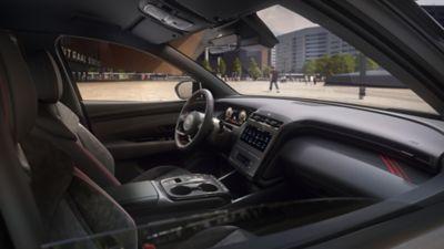 Vue avant de Hyundai TUCSON Hybrid N Line Nouvelle Génération sur un quai en ville.