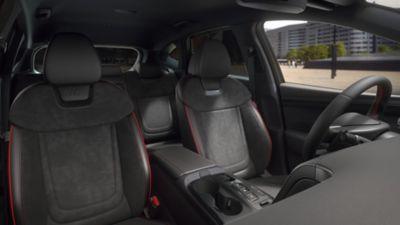 Vue rapprochée des sièges avant de Hyundai TUCSON Hybrid N Line Nouvelle Génération.