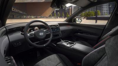 Vue rapprochée de l'habitacle côté conducteur de Hyundai TUCSON Hybrid N Line Nouvelle Génération.