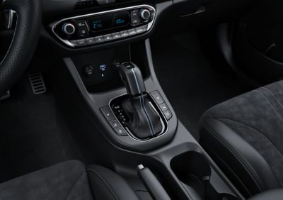Gear shift with Performance Blue accents inside the new Hyundai i30 N performance hatchback.