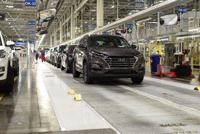 Arbeidere og rekke med biler på fabrikken i Tsjekkia. Foto.