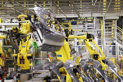 Robot løfter en bakluke på Hyundai-fabrikken i Tsjekkia. Foto.