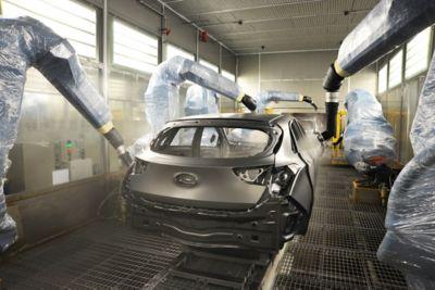 Roboter lakkerer et karosseri i en lakkeringshall på Hyundai-fabrikken. Foto.