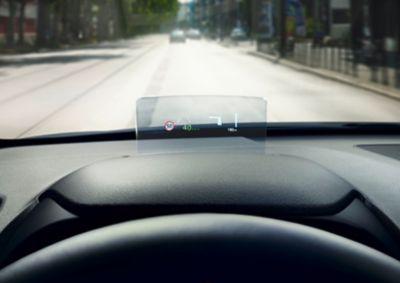 Head-up display (HUD) di Nuova Hyundai KONA che proietta informazioni importanti in linea con la tua visuale.