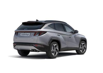 Nowy kompaktowy SUV Hyundai TUCSON Plug-in Hybrid jadący po ulicy w mieście – ujęcie sportowego wyglądu profilu.