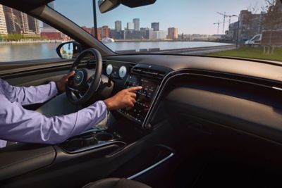 Schermo tuoch screen di Nuova Hyundai TUCSON con uomo alla guida