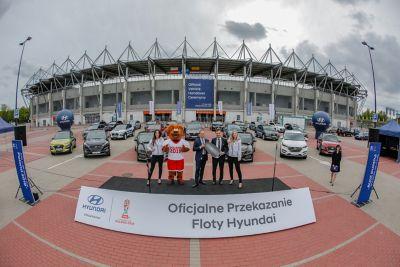 Przekazanie floty samochodów Hyundai pod stadionem w Łodzi.