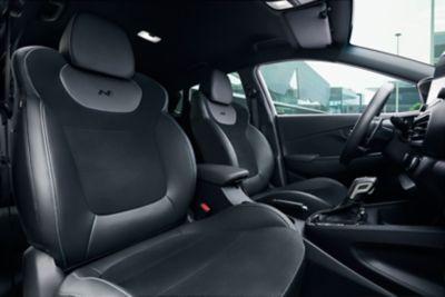 Asientos deportivos del conductor y el copiloto del Hyundai KONA N.