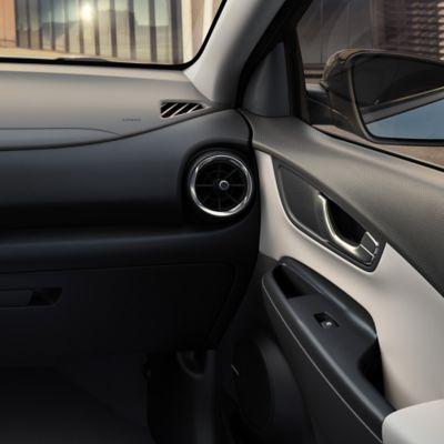 Jasnobeżowe dwubarwne wykończenie wnętrza Nowego Hyundaia KONA.