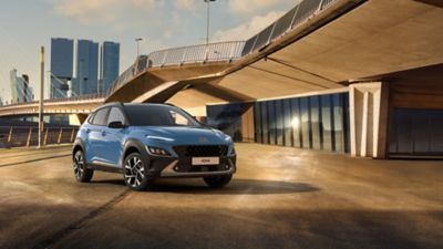 Hyundai KONA Hybrid zaparkowany pod mostem.