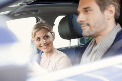 Et par sitter i en Hyundai. Foto.