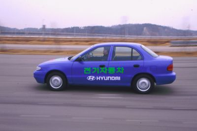 Elbilen Hyundai Accent som kjører. Foto.
