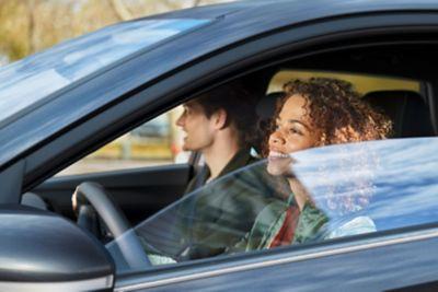 Para siedząca w samochodzie Hyundai.