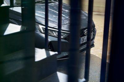 Hyundai stojący za ogrodzeniem.