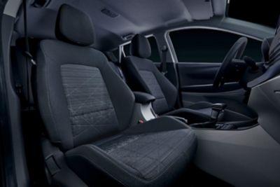 Przednie siedzenia we wnętrzu modelu Hyundai BAYON.