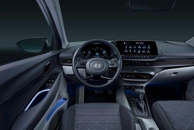 Kierownica i deska rozdzielcza we wnętrzu modelu Hyundai BAYON.