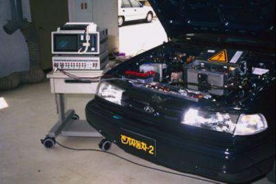 Elbilen Hyundai Excel med åpent panser. Foto.