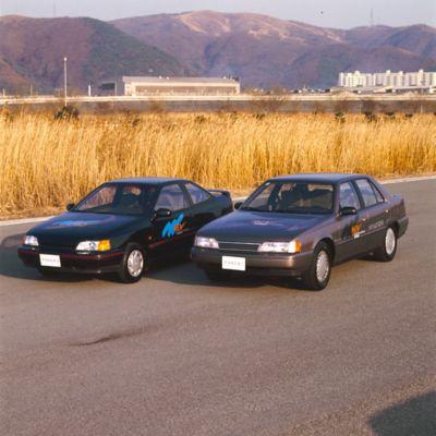 Elbilene Hyundai Sonata og Scoupe parkert side om side. Foto.