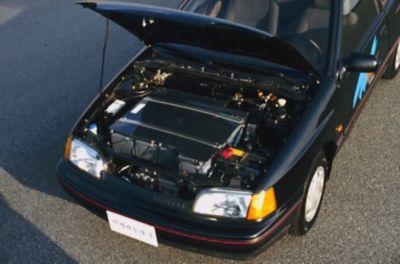 Elbilen Hyundai Scoupe med åpent panser. Foto.