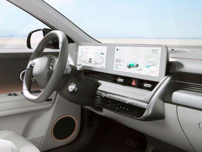 Cockpit numérique à grand écran à bord du CUV compact Hyundai IONIQ 5.