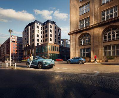 Vista laterale del SUV Nuova Hyundai KONA Hybrid parcheggiato su una strada della città.