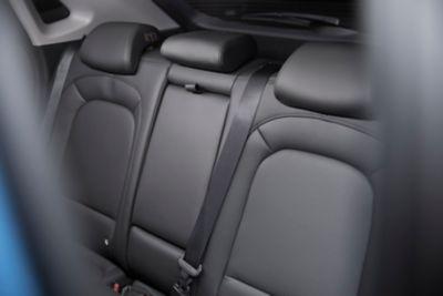 Tylna kanapa Nowego Hyundaia KONA wyposażonego w monitorowanie tylnych siedzeń.