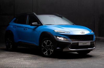Hyundai KONA w kolorze Surfy Blue – ujęcie z przodu.