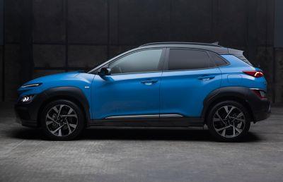 Hyundai KONA Hybrid w kolorze Surfy Blue – ujęcie z boku.