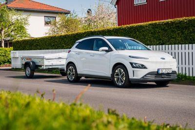 Hyundai KONA Electric med tilhenger. Foto.