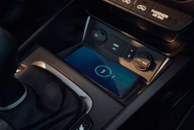 La comoda posizione del vano di ricarica wireless sulla console centrale di Nuova Hyundai KONA Hybrid.