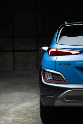 Immagine posteriore del SUV compatto Nuova Hyundai KONA Hybrid con i nuovi eleganti gruppi ottici posteriori.