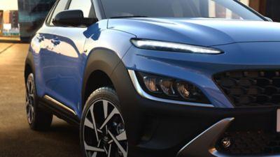 Zbliżenie na prawe przednie światło modelu Hyundai KONA.