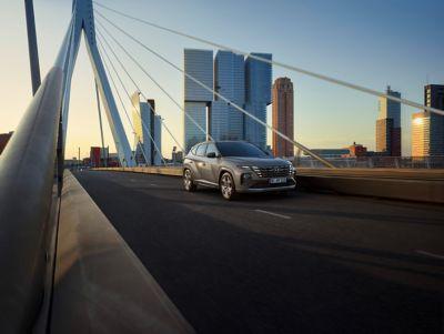 Zcela nový Hyundai TUCSON N Line ve stínu šedé.