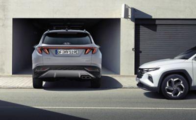 Asystent ostrzegania o ruchu poprzecznym (RCCA) w nowym SUV-ie Hyundai TUCSON Plug-in Hybrid.