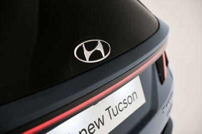 Gładkie szklane logo Hyundai z tyłu nowego kompaktowego SUV-a Hyundai TUCSON Plug-in Hybrid.