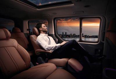 Hombre sentado en los asientos del nuevo Hyundai STARIA Premium.