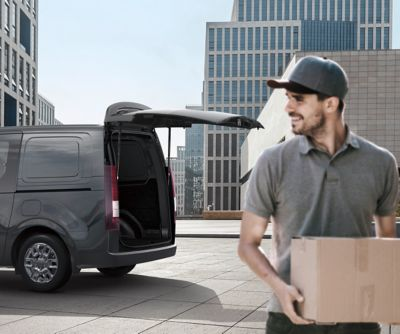 The all-new Hyundai STARIA Van with an opened power tailgate.