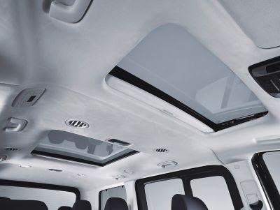 Amplitud extra creada por el techo solar panorámico del nuevo Hyundai STARIA.