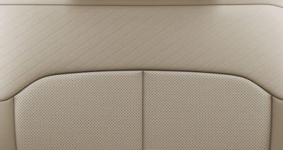 Imagen del interior en color negro y beige del nuevo STARIA.