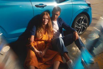 Para siedzi przy samochodzie Hyundai i10