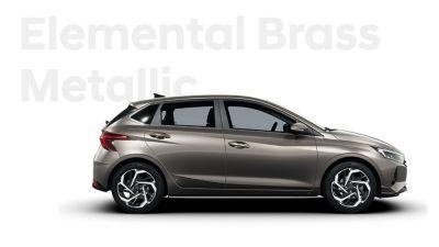 Nový Hyundai i20 v pohledu zprava zepředu, barevné schéma Brass