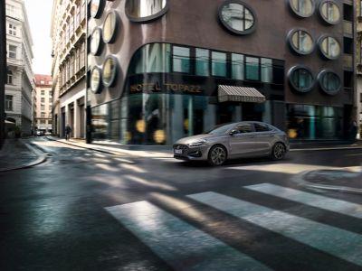 Nowy Hyundai i30 Fastback jadący po ulicy