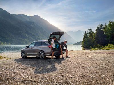 Nowy Hyundai i30 Wagon zaparkowany przy jeziorze.