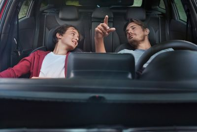 Dwaj mężczyźni siedzący w Nowym Hyundaiu i30 N Line.